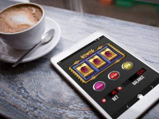 Casinospill ved siden av kaffekrus