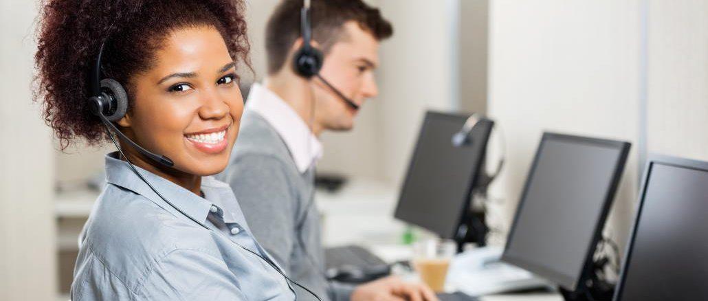 Smilende kundebehandler