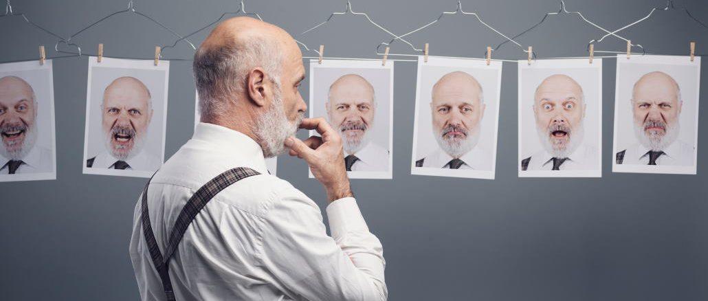 mann som ser på forskjellige bilder av seg selv