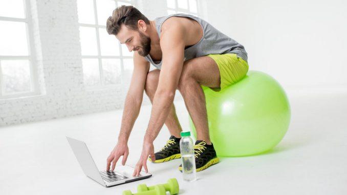 trene med laptop