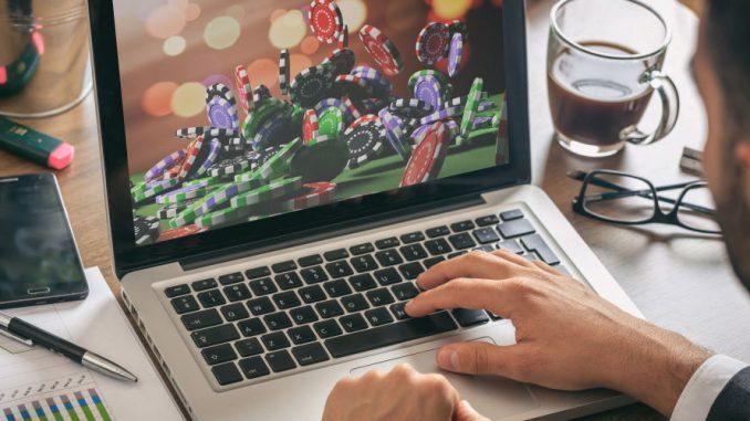 Mann som spiller på casino online