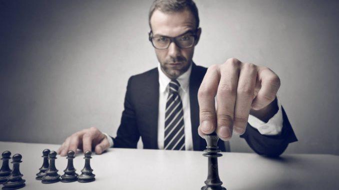 Mann som spiller sjakk
