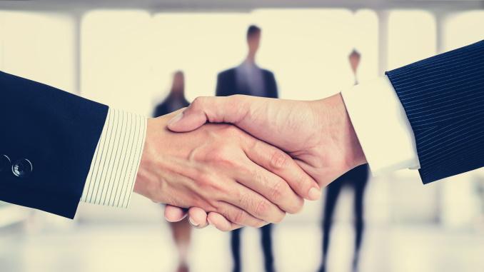 forretningsmenn som håndhilser