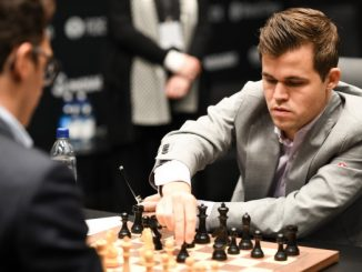 Magnus Carlsen spiller sjakk