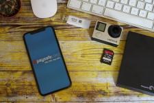 Paysafecard på mobiltelefon ved siden av datamaskinen