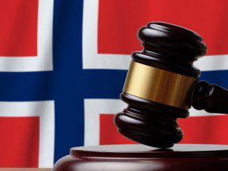 Det norske flagget og en hammer